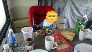 Im Kindersitz am Frühstückstisch
